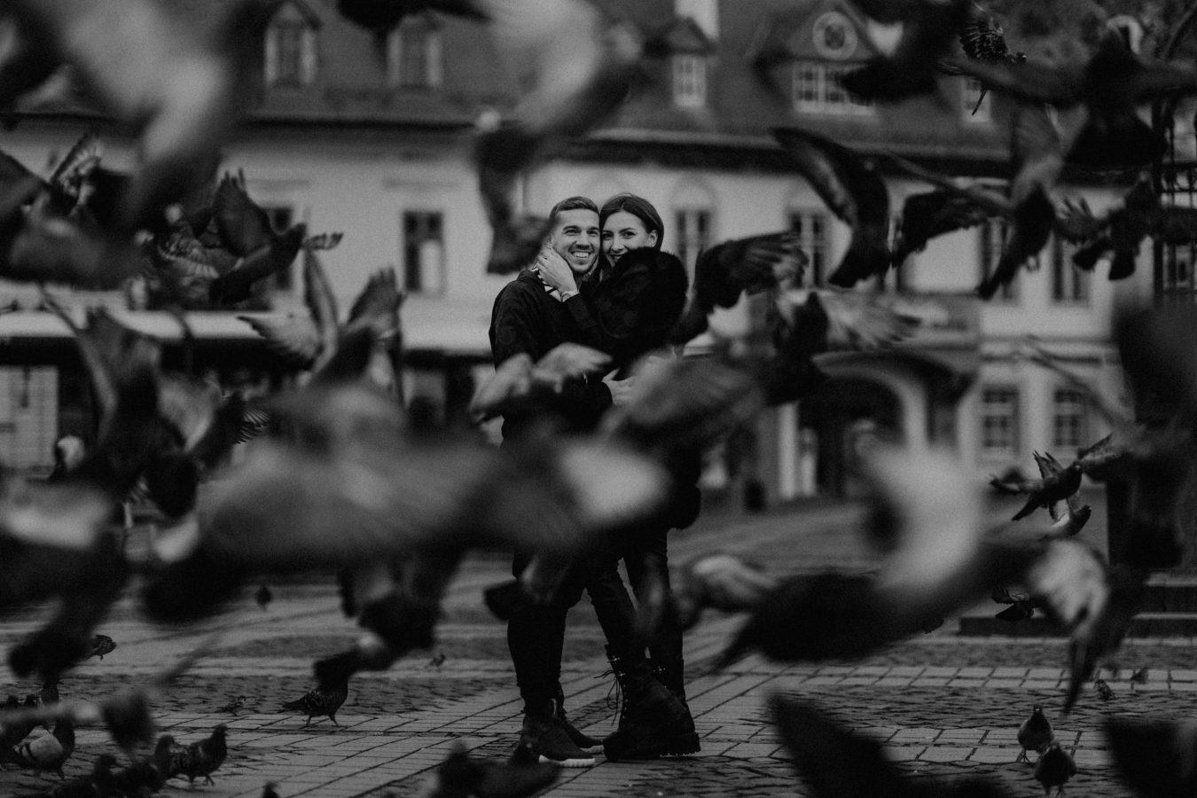 cuplu din fata cu porumbei